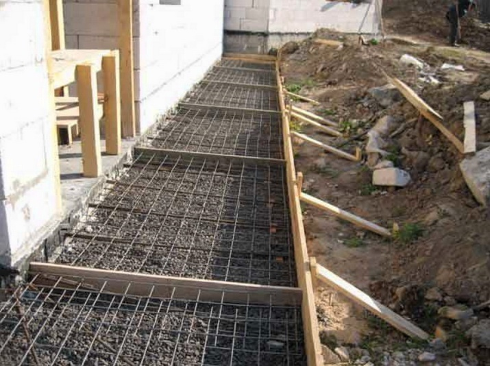 Создани отмостки со швами и бетонировкой