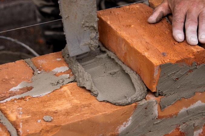 Хорошо строят - кладут кирпичи и не обманывают
