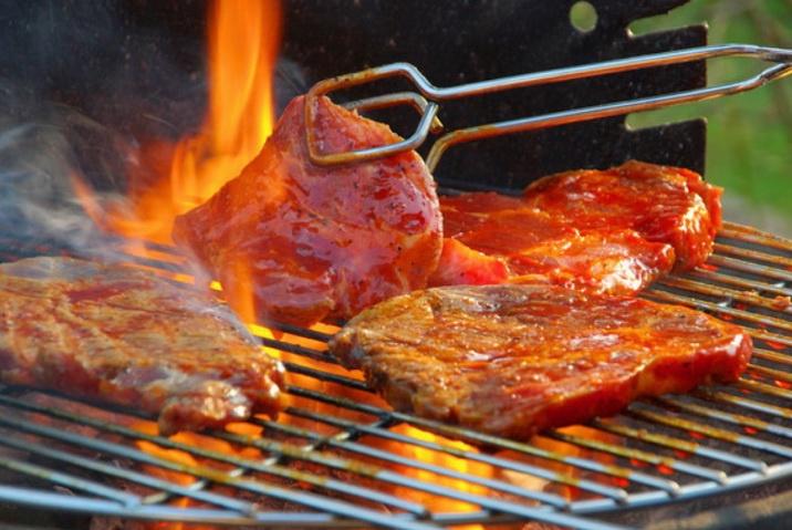 Мясо готовится на огне в мангале