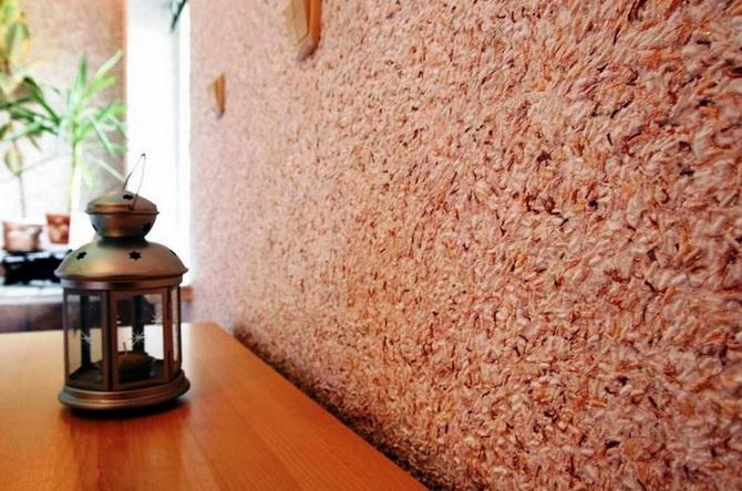 Особенная стена покрытая жидкими обоями