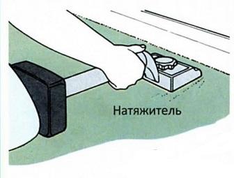 С помощью натяжителя натягивают ковролин
