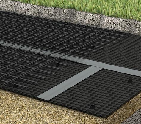 Мембрана укладывается под плитой фундамента