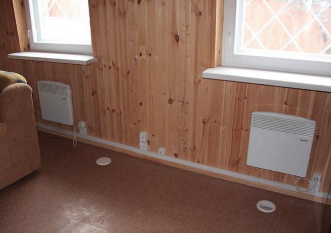 Конвектора под окнами в зимнем доме