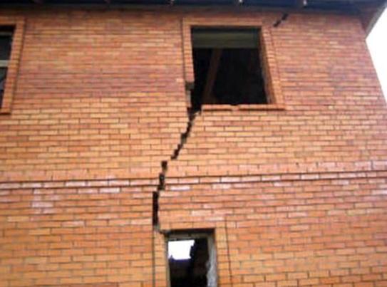 Разрушенная стена дома