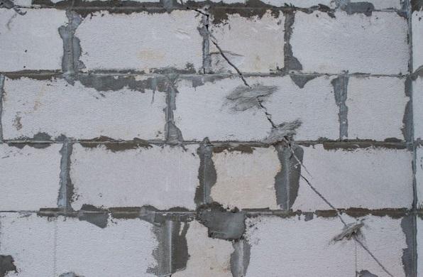 Трещина в газобетонной стене