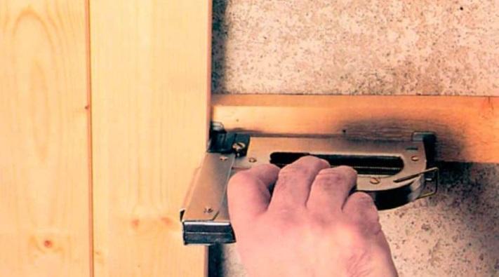 Крепить панели степлером