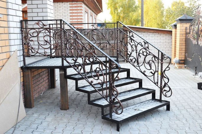 Красивая лестница с крыльцом из металла