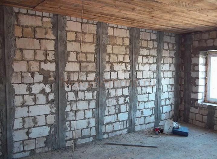 Стена с маяками для штукатурки
