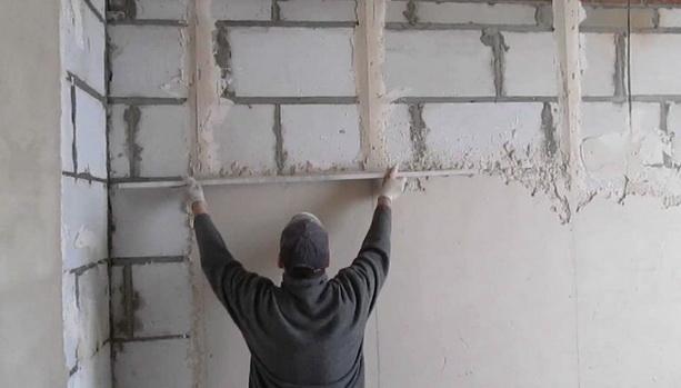Как оштукатурить стены внутри дома