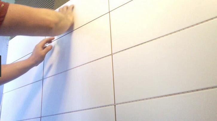 Укладка крупной плитки в ванной