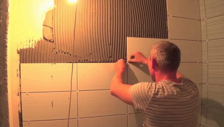 Выполнение процесса наклейки плитки