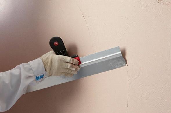 Приложение шпателя к стене