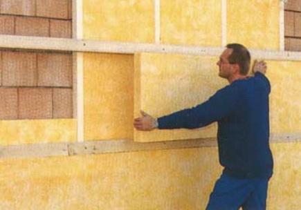 Вата на стене дома