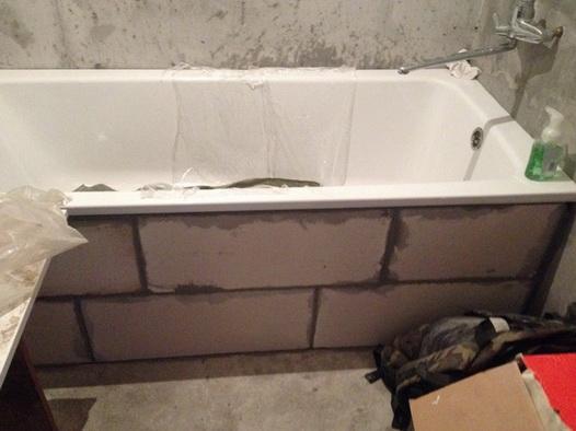 сдеаланый из кирпича экран ванны