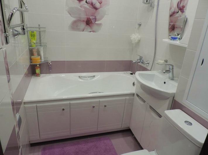 обычный интерьер ванной в два цвета