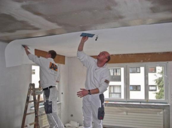 Как клеят обои на потолке