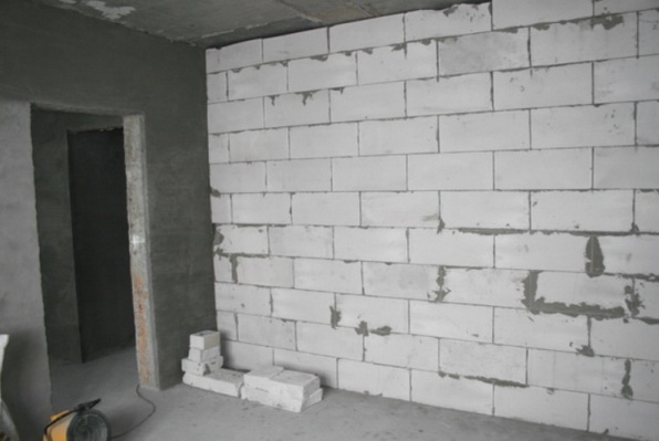 Перегородка с углом и дверным проемом, сделанная из блоков