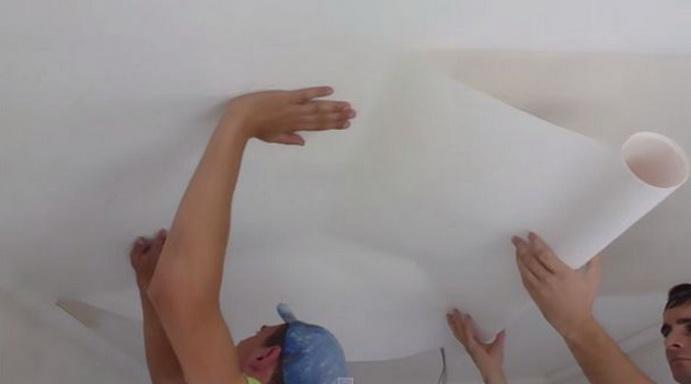 Раскатка обоев на потолке