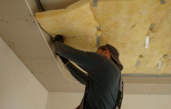 Размещается минвата на потолке